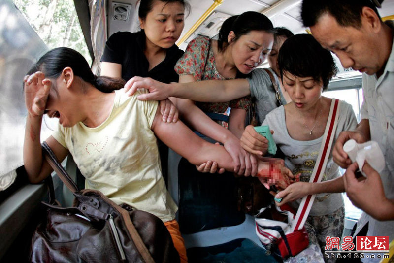 Public bus passengers try to rescue a woman who tried to commit suicide by slitting her wrist with a fruit knife