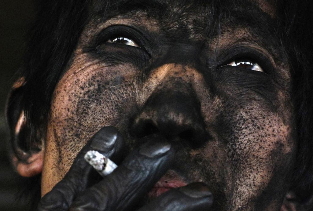 la cara de un minero chino de carbón